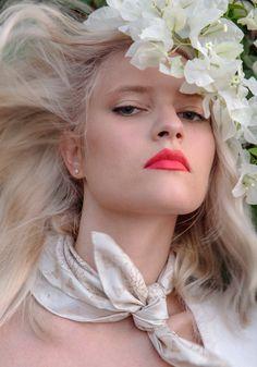 #anaschurmann #harpersbazaar #fashionstyle #scarf #hair #flowers Scarf Hair, Hair Flowers, Harpers Bazaar, Fashion, Moda, Fashion Styles, Fashion Illustrations