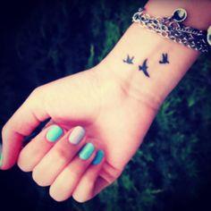 Typical wrist birds, Photo: @tiny_tasteful_tattoos