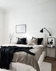 Great mixture of materials Modernes elegantes Schlafzimmer Bett The post Great mixture of materials appeared first on Schlafzimmer ideen. Cozy Bedroom, White Bedroom, Home Decor Bedroom, Bedroom Ideas, Bedroom Designs, Bedroom Inspiration, Bedroom Furniture, Ikea Bedroom, Casual Bedroom