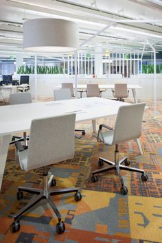 Rudolf-tuoliperheen ristikkojalkainen versio on toimiva ja kestävä valinta neuvottelupöydän ympärille.