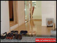 1. Tirar os sapatos ao chegar em casa Em praticamente todas as residências japonesas você verá um genkan, uma espécie de degrau abaixo da entrada principal. Os japoneses costumam tirar os sapatos, deixando-os no genkan e entram na casa apenas de meias ou com suripas especiais que só são usadas no interior da residência. Esse hábito ajuda a evitar possíveis contaminações trazidas da rua, além de ajudar a manter a casa mais limpa.