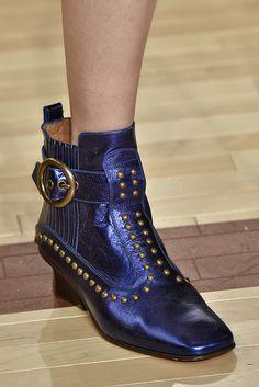 O FFW selecionou os principais acessórios das semanas de moda internacionais, que mostraram seus lançamentos para o Inverno 17. Entre os destaques, estão as botas mais pesadas, estilo biker boots, que apareceram em marcas como Burberry e Prada.Veja abaixo nossa seleção com o que apareceu de melhorentre bolsas, sapatos e óculos. + Dossiê FFW com as principais tendências da estação