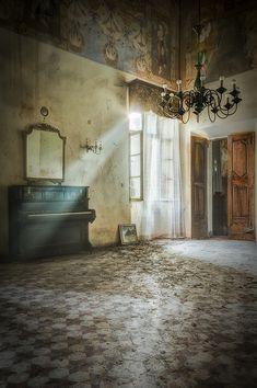 Buongiorno. Captured in the abandoned Castello dell'Artista. (3rd visit 2015)