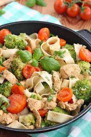 Tagliatelle z kurczakiem gyros Pasta Salad, Cobb Salad, Penne, Health Fitness, Lunch, Healthy Recipes, Meals, Chicken, Vegetables