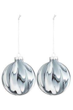 Lot de 2 boules de Noël: Boules de Noël en verre marbré avec suspension en métal. Le rendu marbré de l'article peut légèrement varier d'une pièce à l'autre. Diamètre 8 cm environ.