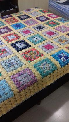 Colcha feita de fuxicos com tecidos diversos Cool Paper Crafts, Fabric Crafts, Sewing Crafts, Hexagon Quilt Pattern, Scrap Quilt Patterns, Cloth Flowers, Fabric Flowers, Crochet Towel Holders, Yo Yo Quilt