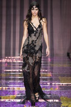 Kendall Jenner Le défilé Atelier Versace automne-hiver 2015-2016 http://www.vogue.fr/mode/mannequins/diaporama/kendall-jenner-meilleurs-looks-de-dfil-fashion-week-chanel-givenchy-balmain/22675#kendall-jenner-le-dfil-atelier-versace-automne-hiver-2015-2016