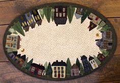 Un affascinante primitivo applique design creativo di Lisa Bongean. Case ed edifici in tondo, che circondano i bordi di questo tappetino tavolo ovale. Ognuno è unico a modo suo, il quartiere case stand fiero e forte in questo disegno. Un design davvero unico. Dimensioni finite 18 1/2 x 27. Scopri il nostro negozio per tutti i vostri lana e filo da ricamo ha bisogno. Fateci sapere se volete noi al prezzo di un kit per voi. I nostri consigli di lana: 20 x 29 verde lana per lerba Avanzi ...