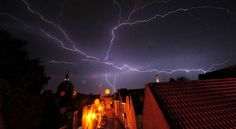 Photo by Carolina Ödman. 11 crazy facts about getting struck by lightning (and how to avoid it) Lightning Photos, Lightning Facts, Lightning Photography, Weird Facts, Crazy Facts, End Of Days, Lightning Strikes, Leiden, End Of The World