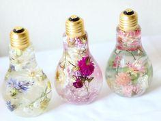 On adore les fleurs qui ne fanent jamais dans des ampoules