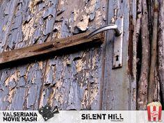 Al suono della sirena antiaerea, Silent Hill si trasforma nell'inquietante riflesso distorto di sé stessa: ovunque cenere, ruggine e sangue; incubo e realtà fusi in un purgatorio da affrontare per redimere i propri peccati. Una vecchia porta dalla vernice arricciata e cascante fotografata nella zona di Bossico. Che viva qui Pyramid Head? #SilentHill #PyramidHead Silent Hill, Door Handles, Movie, Doors, Home Decor, Mermaid, Door Knobs, Decoration Home, Room Decor