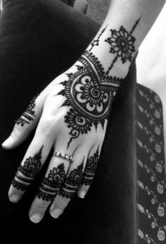 Mehndi art is 5000 years old which is prepared with the leaves of plant known as henna. The girls of all ages love to have beautiful mehndi designs on their Henna Tattoos, Henna Tattoo Designs, Eid Mehndi Designs, Latest Mehndi Designs, Simple Mehndi Designs, Mehndi Tattoo, Mehndi Designs For Hands, Finger Tattoos, Arm Tattoo