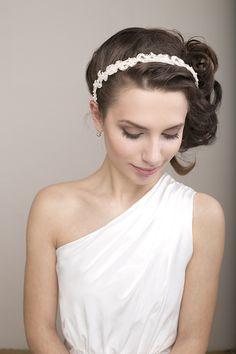 Braut Spitze Haarreif mit Perlen in Elfenbein von BeChicAccessories auf DaWanda.com