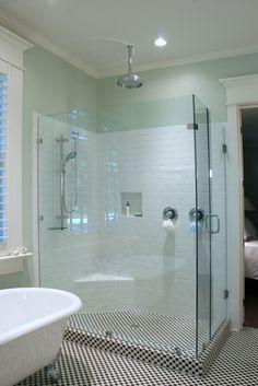 Zabudowa kabiny prysznicowej pod wymiar, szkło hartowane z powłoką zapobiegającą powstawianiu zacieków, okucia ze stali nierdzewnej.