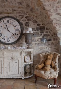 Oours en peluche chiné aux puces d'Uzès, vieux fauteuil boutique 'Clair de Lune' à Uzès
