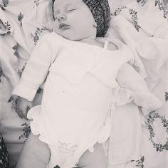 Lovely swaddle blanket and sweet baby Madalena © Rita Ferro Alvim | Crush Fotografia