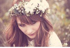 winterliches blumen haarkranz brautshooting 0007 Fotos Anja Schneemann photography Blumen Milles Fleurs VISAGISTIN UND MODEL: Christina Nietert Coton # Baumwolle # Haarkranz # Winter # Wedding