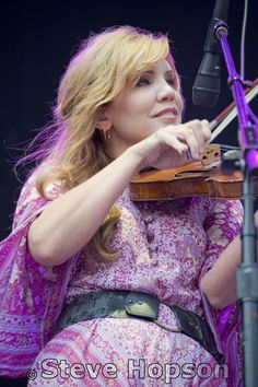 Alison Krauss by Steve Hopson, via Flickr Love her voice and harmonizing with others...///LOVE Allison Krauss!!! She is beyond amazing!!!