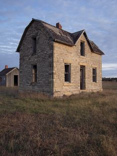 10 Great Ideas of Kansas Farmhouse Designs to Manage Easily - GoodNewsArchitecture Old Abandoned Houses, Abandoned Buildings, Abandoned Places, Abandoned Castles, Abandoned Mansions, Kansas, Limestone House, Home On The Range, Old Farm Houses