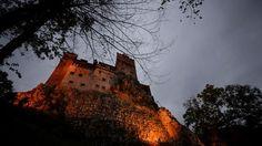 El castillo de Drácula tendrá huéspedes durante la noche deHalloween, en la primera ocasión desde 1948 en que alguien dormirá en la fortaleza ubicada en Transilvana, una región deRumania.Los invitados recibirán una cena convino, y después se les dejará pasar la noche en ataúdes forrados de terciopelo rojo como hacía el condeen la novela de terror de Bram Stoker que popularizó la leyenda.    El nombre actual del lugar es Castillo de Bran y es uno de los centros turísticos más conocidos…