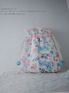 Pictures of projects from my Japanese craft books. Drawstring Bag Pattern, Drawstring Bag Tutorials, Drawstring Bags, Japanese Patchwork, Patchwork Bags, Patchwork Quilting, Book Crafts, Arts And Crafts, Diy Wallet