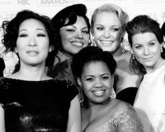 Sandra Oh (Cristina Yang), Sara Ramirez (Callie Torres), Katherine Heigl (Izzie Stevens), Ellen Pompeo (Meredith Grey) & Chandra Wilson (Miranda Bailey). Best Tv Shows, Favorite Tv Shows, Calliope Torres, Chandra Wilson, Serie Friends, Greys Anatomy Cast, Sandra Oh, Cristina Yang, Katherine Heigl