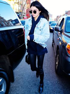 Kendall Jenner mit Oversized-Jeansjacke.