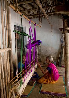 Women weaving on a traditional loom - Tamil Nadu - India