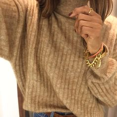 camel knitwear and stacked gold jewellery for a touch of that 70's fever #70s #camelknit #chunkyknit #knitwear