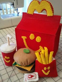 hand sewn happy meal from felt Felt Crafts Diy, Food Crafts, Felt Diy, Diy For Kids, Crafts For Kids, Felt Food Patterns, Felt Play Food, Pretend Food, Felt Quiet Books