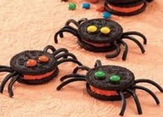 Ingredients Oreo Spider Cookies Black string licorice 20 orange creme-filled chocolate sandwich cookies 1 teaspoon chocolate ready-to-spread frosting (from container) 40 miniature candy-coated chocolate pieces Halloween School Treats, Easy Halloween Food, Halloween Desserts, Halloween Cookies, Halloween Spider, Homemade Halloween, Creepy Halloween, Halloween 2017, Happy Halloween