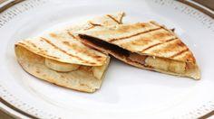 Grillet tortilla med banan og sjokolade Dessert Recipes, Desserts, Grilling, Bbq, Banana, Snacks, Ethnic Recipes, Food, Barbecue