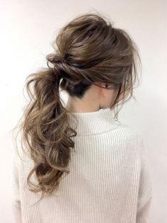 さらつやロングヘアは女らしさをアップさせるヘアスタイルですが、冬ファッションに合わせると重たく見えがちです。そんなときはヘアアレン…