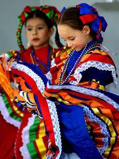 Niñas,con trajes típicos de México.Color y belleza.......