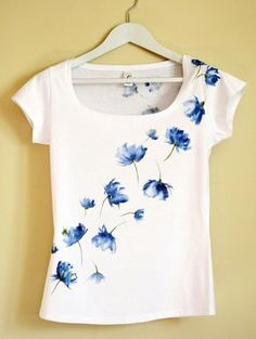 Blue Hand Painted MYgarden Flowers T-shirt por Christeesandtops More T-Shirt Custom Trends T Shirt Painting, Fabric Painting, Tshirt Painting Ideas, Sewing Clothes, Diy Clothes, Paint Shirts, Fabric Paint Shirt, Vinyl Fabric, Sharpie Tie Dye