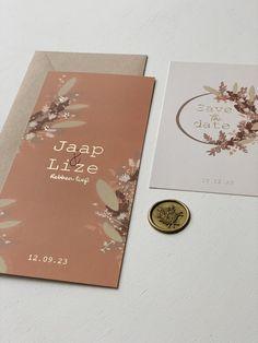 Een trouwkaart met droogbloemen in combi met het goudfolie. De mooie roestbruin oranje achtergrond kun je aanpassen naar wens. Net zoals het folie. Dit kun je omzetten in zilverfolie, koperfolie of rosefolie. Ook kun je schuiven met de bloemen en de teksten en lettertypes. #trouwen #bruiloft #bruiloftinspiratie #trouwkaart #savethedate Invitations, Graphic Design, Log Projects, Invitation