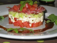 Recette Tartare fraîcheur : Epépiner les tomates, les couper en très petits dés. Y mettre 3 cuillères à café d'huile (de la féta). Eplucher et épépiner le concombre, le couper en petits dés. Dans une assiette, écraser la féta, préalablement égouttée.Mettre un cercle à pâtisserie ...