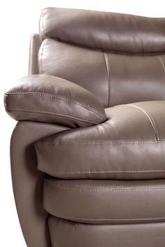 Relaxez autant que vous voulez sur ce sofa Marty taupe foncé. Puisqu'il est enveloppé d'un revêtement en cuir véritable, vous aimerez vous détendre sur les coussins de siège rebondis en mousse à haute densité. Rembourrés de fibre de polyester moelleux, le dossier et les accoudoirs sont prêts à vous offrir un grand confort à tout moment. Grâce aux ressorts durables et au sanglage résistant soutenant chaque siège, vous aurez toujours un endroit pour relaxer dans votre demeure par le biais de…