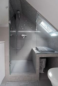 Great layout for a small bathroom with sloping ceilings - Bäder nur mit Dusche - Badezimmer Attic Shower, Small Attic Bathroom, Loft Bathroom, Upstairs Bathrooms, Bathroom Design Small, Simple Bathroom, Bathroom Storage, Bathroom Ceilings, Bathroom Ideas