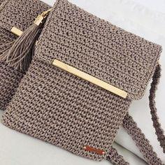 This miniature version Love Crochet, Crochet Yarn, Easy Crochet, Loom Knitting, Hand Knitting, How To Purl Knit, Crochet Handbags, Crochet Videos, Knitted Bags