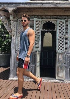 Flip Flops That Make Your Casual Style Look More Relaxed And Comfortable 12 Mode Masculine, Masculine Style, Komplette Outfits, Summer Outfits, Beach Outfits, Hottest Male Celebrities, Mens Flip Flops, Sandals Outfit, Male Feet