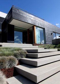 escalier de jardin en béton, maison design et bardage bois massif