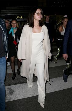 We Test-Drove Airport Outfits From Selena Gomez, Bella Hadid, and More - 7 Celebrity Airport Outfits We're Recreating for Ourselves Selena Gomez Outfits, Selena Gomez Trajes, Selena Gomez Latest, Legging Outfits, Camisa Multicolor, Airport Attire, Airport Outfits, Celebrity Airport Style, Celebrity Moms