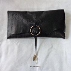 ブラックの山羊革(ゴートスキン)のminiクラッチバッグ。 スエード調の紐でくるむタイプです。ゴールドの輪っかに前側から1,2回お好みでひっかけます。...