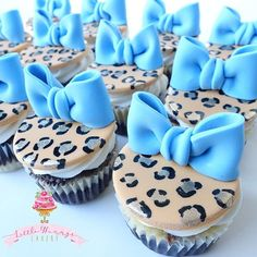 Fun handpainted cheetah print cupcake toppers with handmade fondant bows (Rolkem super gold used in centers from @partytraincakesupplies )