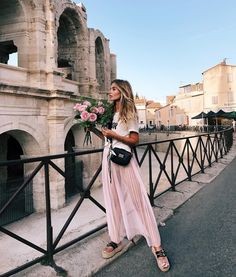 Share love wherever you go 💓 ...got these flowers from the cutest girl from #Arles and my heart is touched by such kind, small gestures... what an angel ✨