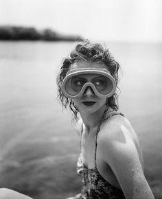 Mary Belewsky, Cap d'Antibes, 1941 (Jacques-Henri Lartigue) via fantomas-en-cavale Photo Vintage, Vintage Photos, Image Nice, Yvonne Printemps, Pose, French Photographers, Portraits, Antibes, Bathing Beauties