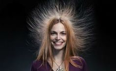 statisch- als iets een elektrische spanning heeft zonder dat er stroom loopt of als iets bewegingloos