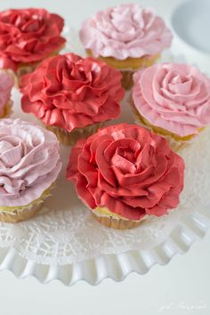 Make these beautiful Rose Cupcakes with just two piping tips and this easy technique! Cupcake Icing Tips, Cupcake Videos, Fondant Cupcake Toppers, Cupcake Cookies, Cupcake Recipes, Rose Cupcake, Meringue Cookies, Sugar Cookies, Cake Decorating Techniques