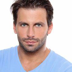 Henri Castelli (São Bernardo do Campo, 10 de febrero de 1978) es un actor y modelo brasileño. En el 2006 interpreta su primer papel protagónico en Cobras & Lagartos y en 2009 actúa en Caras & Bocas.  En 2011, actúo en la miniserie O Astro. En 2013, protagonizó la telenovela Flor do Caribe junto a Grazi Massafera. En 2014, obtuvo el papel de villano en I Love Paraisópolis.